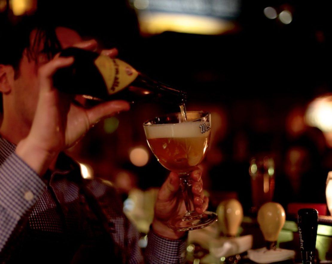 Gewoon een biertje drinken, een verjaardag vieren of een bierproeverij houden met je vrienden? Op de Oostzeedijk in Rotterdam kan je naar café Locus Publicus.