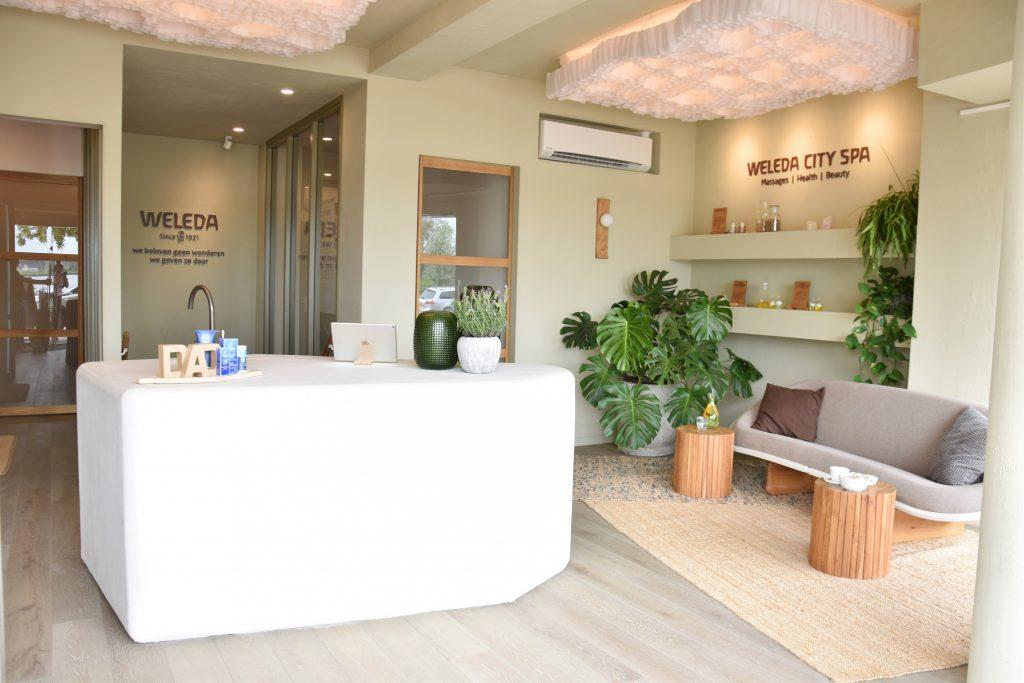 In Hillegersberg vind je de prachtige salon van Weleda City Spa, waar je naast gezichtsbehandelingen terecht kan voor een welverdiende massage. Kies voor een holistische ontspanningsmassage, een stevige sportmassage of een hot stone massage voor een betere doorbloeding.