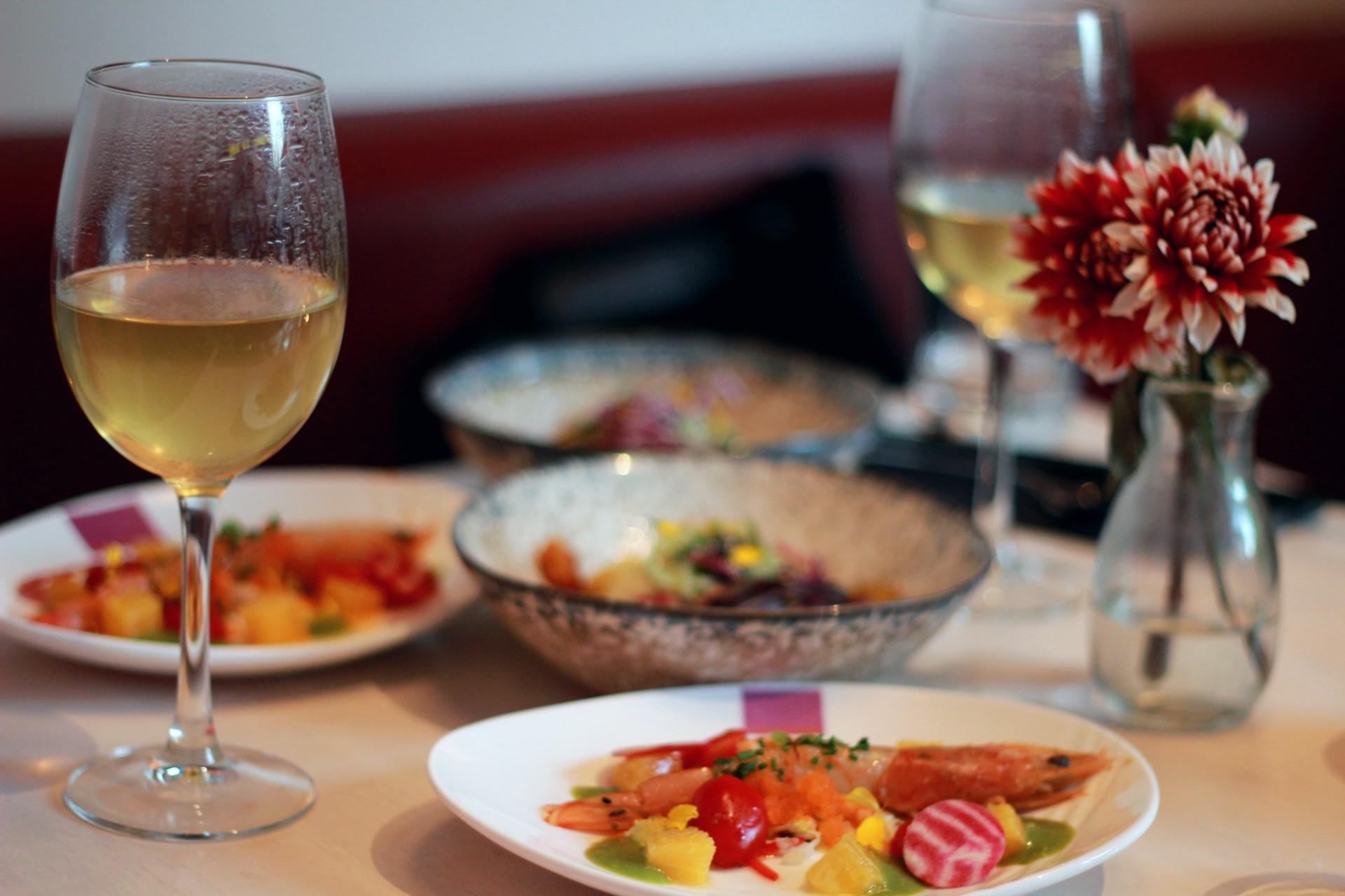 UMAMI, ook wel de naam van de vijfde basissmaak naast zoet, zuur, zout en bitter, betekent in het Japans 'heerlijke smaak'. De gerechten zijn daarom altijd een verrassing en goed op elkaar afgestemd. Volgens hun social dining principe, kan je hier het eten lekker delen en gaat het echt om de beleving, volledig volgens de Chinese cultuur.