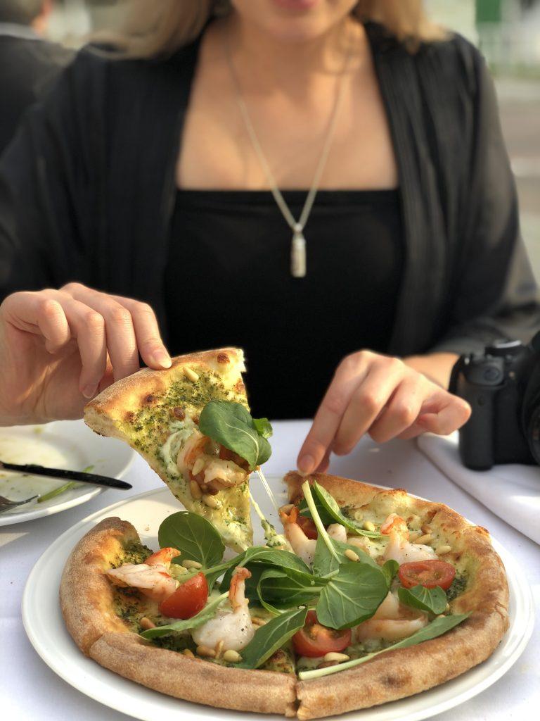 Leuke feestjes én betaalbaar eten: we love restaurant BIRD. Hier serveren ze naast hun heerlijke houtoven pizza's ook genoeg andere gerechten. Maar wat wij aanraden is om je te laten verrassen door de Chef's Table. Voor €33,50 krijg je een selectie van verschillende kleine gerechten krijgt om te delen van de chef. Ideaal als je graag verschillende dingen proeft!
