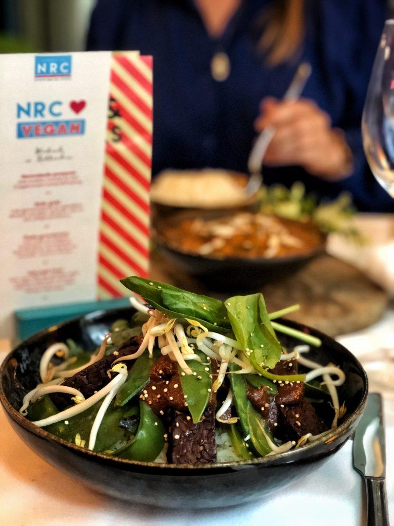 Wie wist dat je heel lekker en betaalbaar uit eten kan bij Nieuw Rotterdams Café? Je kan hier terecht voor lekkere drankjes, bar bites, lunch en dinner.