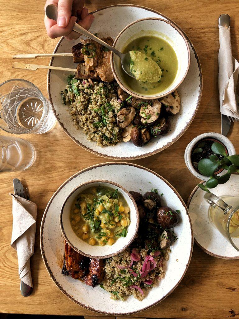 Wil jij een lekkere warme huisgemaakte maaltijd, zonder 'm zelf te maken? Breng dan een bezoek aan The Harvest, één van onze favoriete gezonde hotspots in Rotterdam en tevens erg betaalbaar. Hier gebruiken ze lokale en seizoensgebonden producten waarmee ze een heerlijk bordje voor je samenstellen.