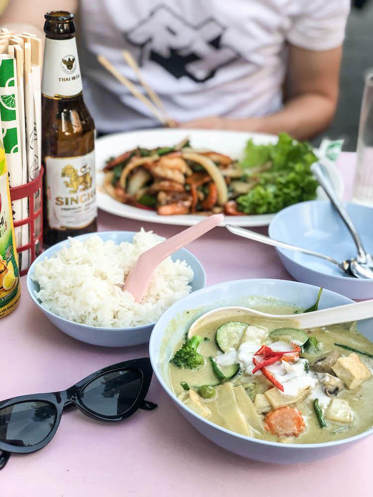 De lekkere Keang kieuw waan (Thaise groene curry) en de Pad Thai bij Soi3 Rotterdam.