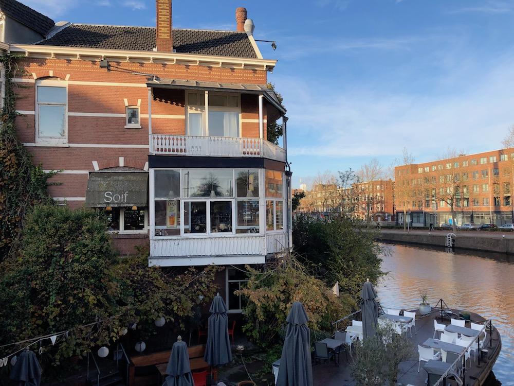 Bij Soif in Delfshaven zit je gezellig aan het water. Heerlijke soepen, salades, kaasfondue, risotto en meer. Ook hebben ze heerlijke toetjes zoals de cheesecake, appeltaart en notentaart van Koekela. De prijzen voor de hoofdgerechten liggen tussen de €15,50 en €21,50. Zeker betaalbaar voor wat je krijgt!