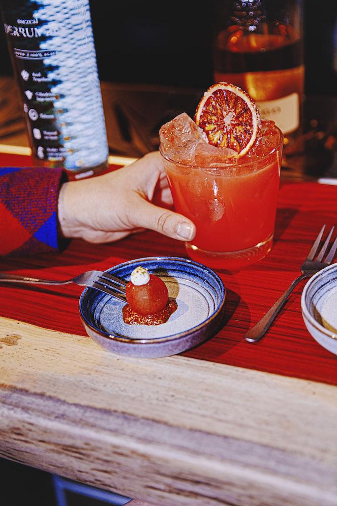 Botanero is een fijne Rotterdamse bar waar je heel de avond kan vertoeven, genietend van heerlijke cocktails en snacks. Naar Latijns-Amerikaans voorbeeld krijg je hier bij elke cocktail een bite, de zogenoemde botana. Het idee erachter is simpel. Als je maar door-eet, is de kater de volgende dag te behappen!