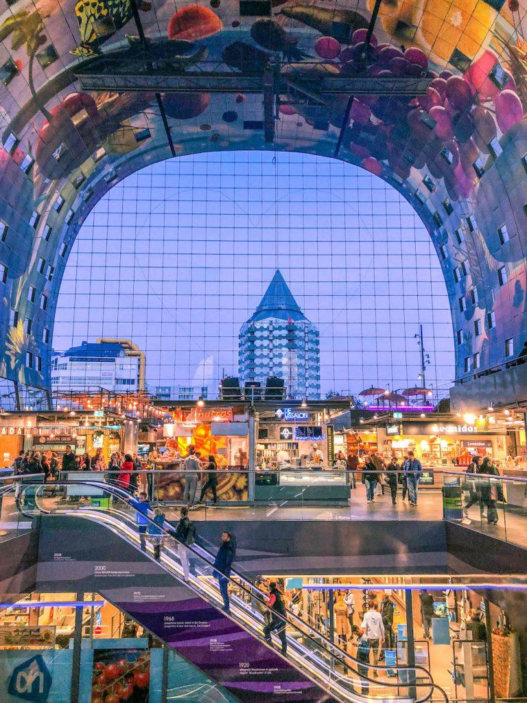 Tijdens je bezoek aan Rotterdam mag een tripje naar de Markthal niet ontbreken. Hier proef je allemaal snacks, vanuit verschillende landen, terwijl je je ogen uitkijkt.