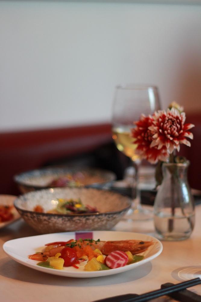 Een unieke hotspot vanwege haar verrassende keuken. Bij UMAMI – ook wel de naam van de vijfde basissmaak naast zoet, zuur, zout en bitter – dineer je volgens het social dining principe en gaat het echt om de beleving, volledig volgens de Chinese cultuur.