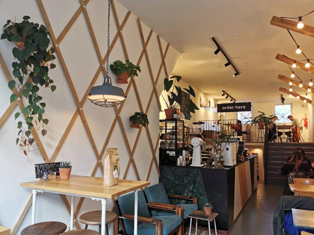 30ml Coffee Roasters is een hele leuke hotspot in Rotterdam voor een goede kop koffie.Hun drankenkaart bestaat uit zwarte koffie, witte koffie, ijskoffie, maar ook allerlei sappen, matcha-thee, frisdrank en 'feeling special specials'.