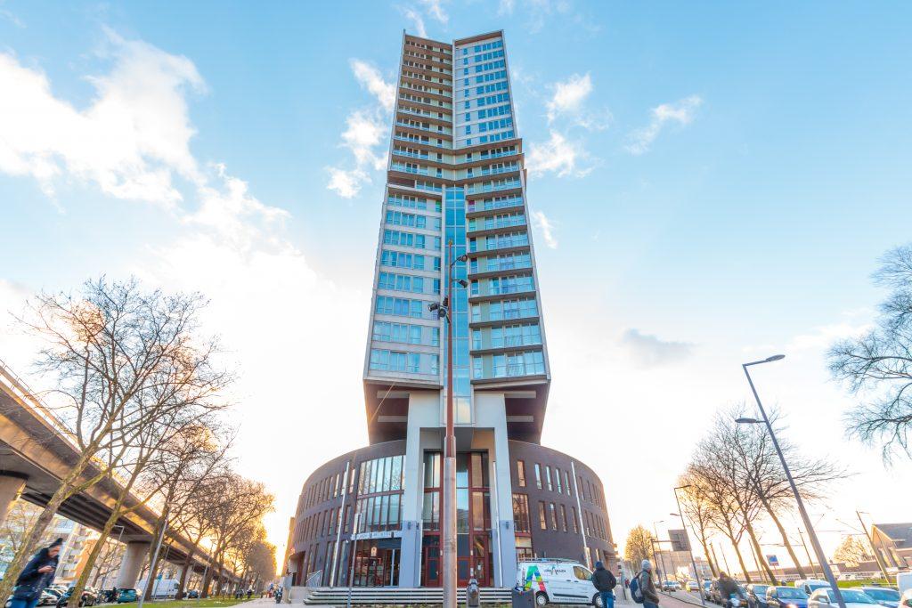 Het Art Hotel ligt iets meer buiten het centrum, maar juist weer dichtbij Ahoy – de Rotterdamse evenementenhal waar elk jaar grote concerten en evenementen plaatsvinden. Toeristen die graag een evenement of concert pakken, maar ook wat van de stad willen zien, zitten bij het Art Hotel precies goed. Binnen 15 minuten met het openbaar vervoer ben je zowel bij Ahoy als in het centrum van de stad.