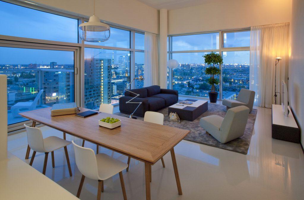 Als je echt een beetje thuis wilt voelen in een andere stad, dan is Urban Residences Rotterdam een top keuze. De luxe appartementen van Urban Residences bevinden zich in hartje Rotterdam, dichtbij bekende winkelstraten zoals de Koopgoot en de Lijnbaan. De luxe appartementen hebben hoge ramen en een minimalistisch interior met prachtige design meubels. Er is ook een volledig uitgeruste keuken, zodat je er voor kunt kiezen om zelf te koken.