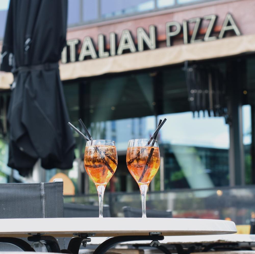 Very Italian Pizza kun je naast de Markthal in Rotterdam vinden. Natuurlijk verkopen ze hier de lekkerste Italiaanse specialiteiten! Daarnaast is hun terras een leuke plek om een drankje te doen.