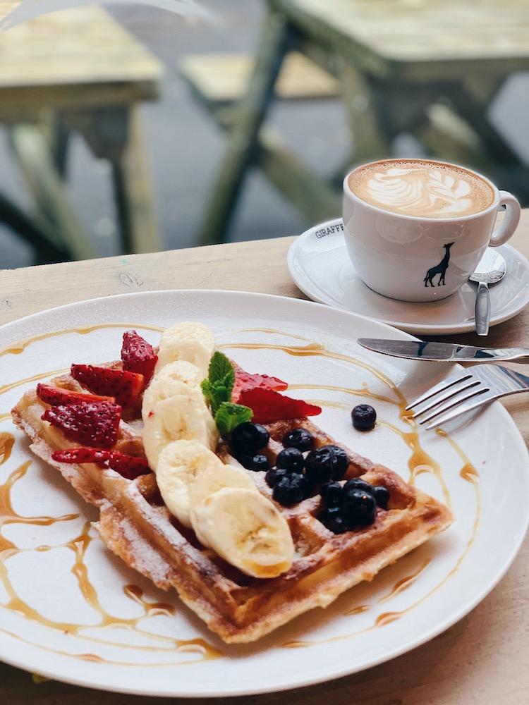 Een lekkere wafel voor ontbijt mét een heerlijk koffietje! Daarvoor ben je bij Backyard zeker aan het juiste adres.