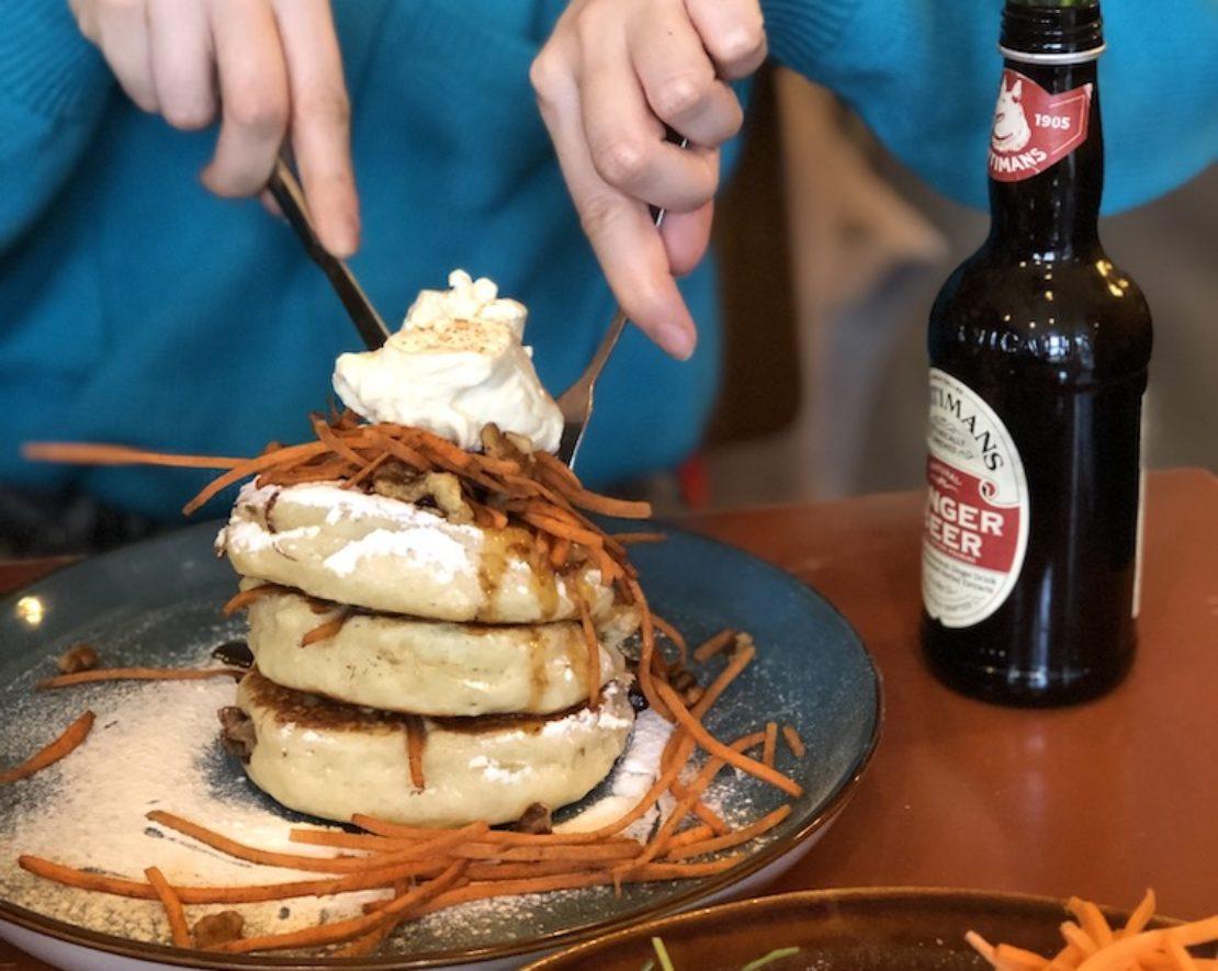 De lekkerste pannenkoeken kun je bestellen bij Arzu! Ga dan voor de Red Velvet-pannenkoeken met cream cheese en witte chocolade, de Oreo brownie-pannenkoeken met pure chocolade, de Mars en Murries Nutella-pannenkoeken met M&M's of een van de andere unieke zoete pannenkoeken. Of kies de heerlijke Carrot cake pannenkoeken, natuurlijk met de bekende zelfgemaakte karamelsaus.