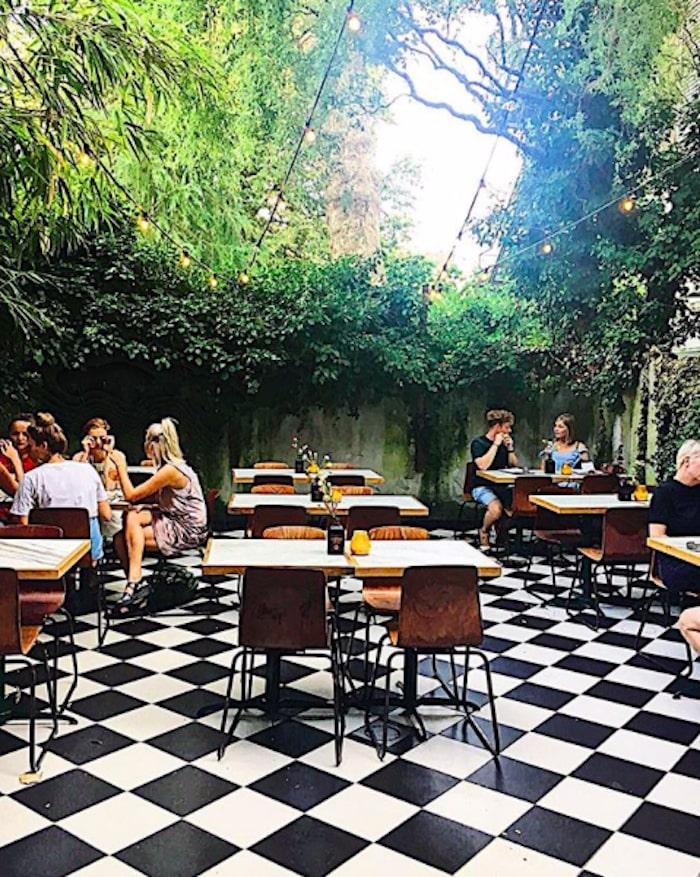 In de Rosé tuin van Ballroom, de ideale plek om in de zomer te genieten van een Gin en Tonic!