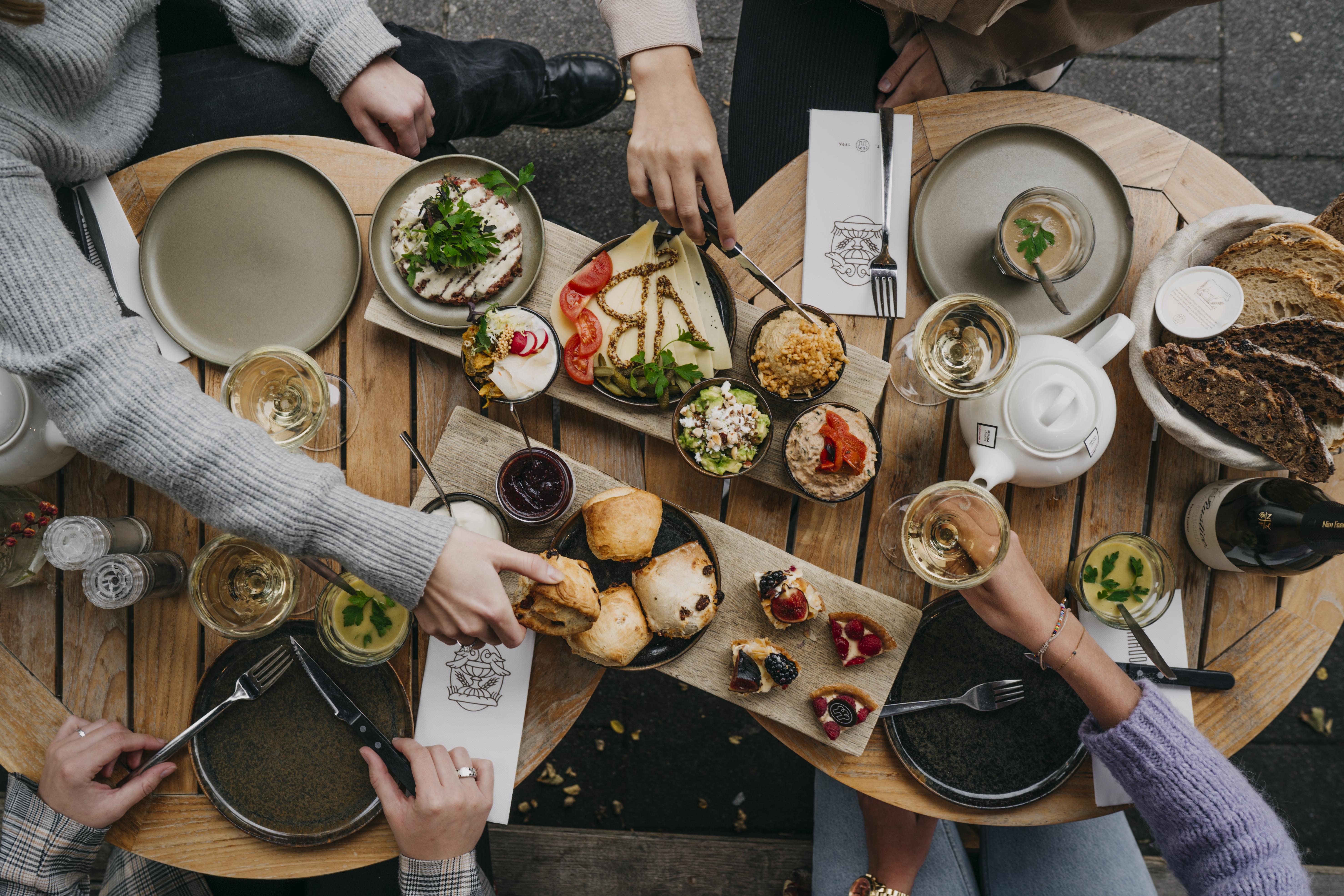 Tijdens de high tea van Vlaamsch Broodhuys krijg je diverse soorten zuurdesembrood, heerlijk hartig beleg, een huisgemaakte seizoenssoep, een selectie van de zoetigheden en natuurlijk een pot thee.