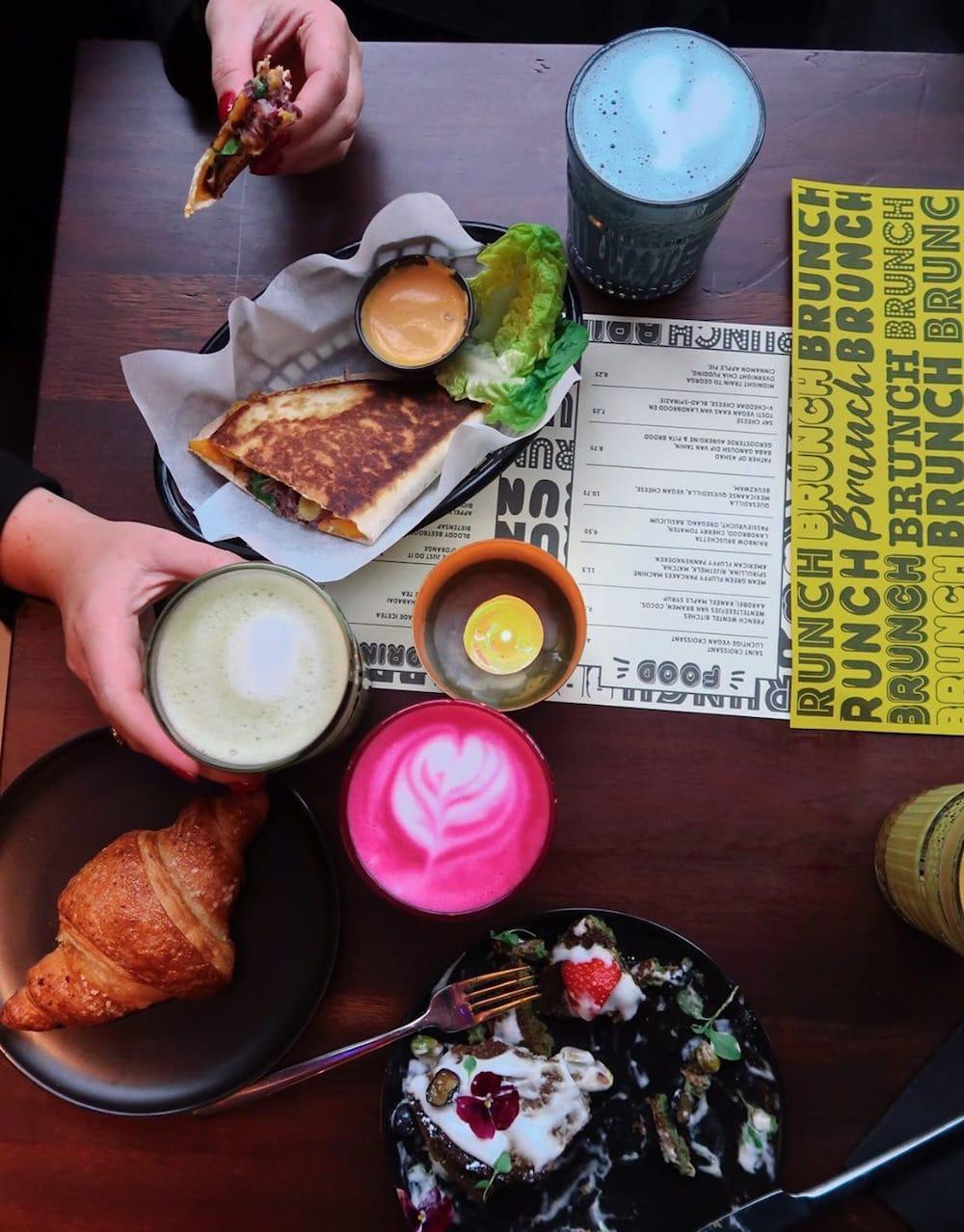 Bij Dumbo eet je vegan zoals je dat nooit eerder hebt gedaan. Ze serveren hier heerlijke gerechtjes voor het diner en hebben het menu uitgebreid met brunch gerechten. Croissants, wentelteefjes, quesadilla, tosti's... Allemaal 100% plant-based en het verschil zal je amper merken!