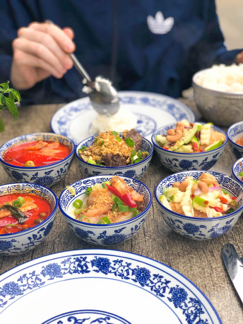 De gerechten bij de Kleine Ondeugd zijn wisselend en altijd weer een verrassing. Je kunt kiezen uit een drie of viergangen-menu met pittige hapjes, Thaise soep, Thaise desserts en andere specialiteiten. Heerlijk!