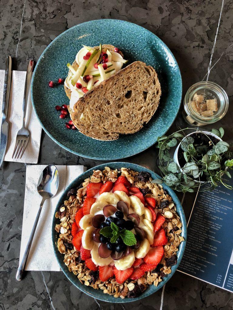 Bij de knusse koffiebar Joy Espresso and More in Rotterdam serveren ze niet alleen heerlijke koffie, maar het is ook een ideale plek voor lunch in Rotterdam met hun huisgemaakte gerechten zoals appeltaart, bananenbrood, gezonde sappen, smoothies, yoghurts met huisgemaakte granola en sandwiches.