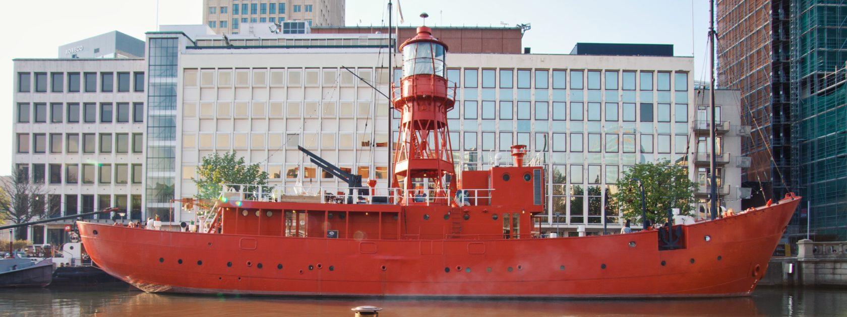 Een varende hot tub: hoe leuk is dat?! De HotTug is een elektrisch aangedreven boot waarin je tijdens je boottocht warm wordt gehouden door een hout gestookte kachel. Hiermee vaar je voor minimaal twee uur door de kanalen van Rotterdam en een vaarbewijs is niet nodig. Super leuk om met je vrienden te doen!