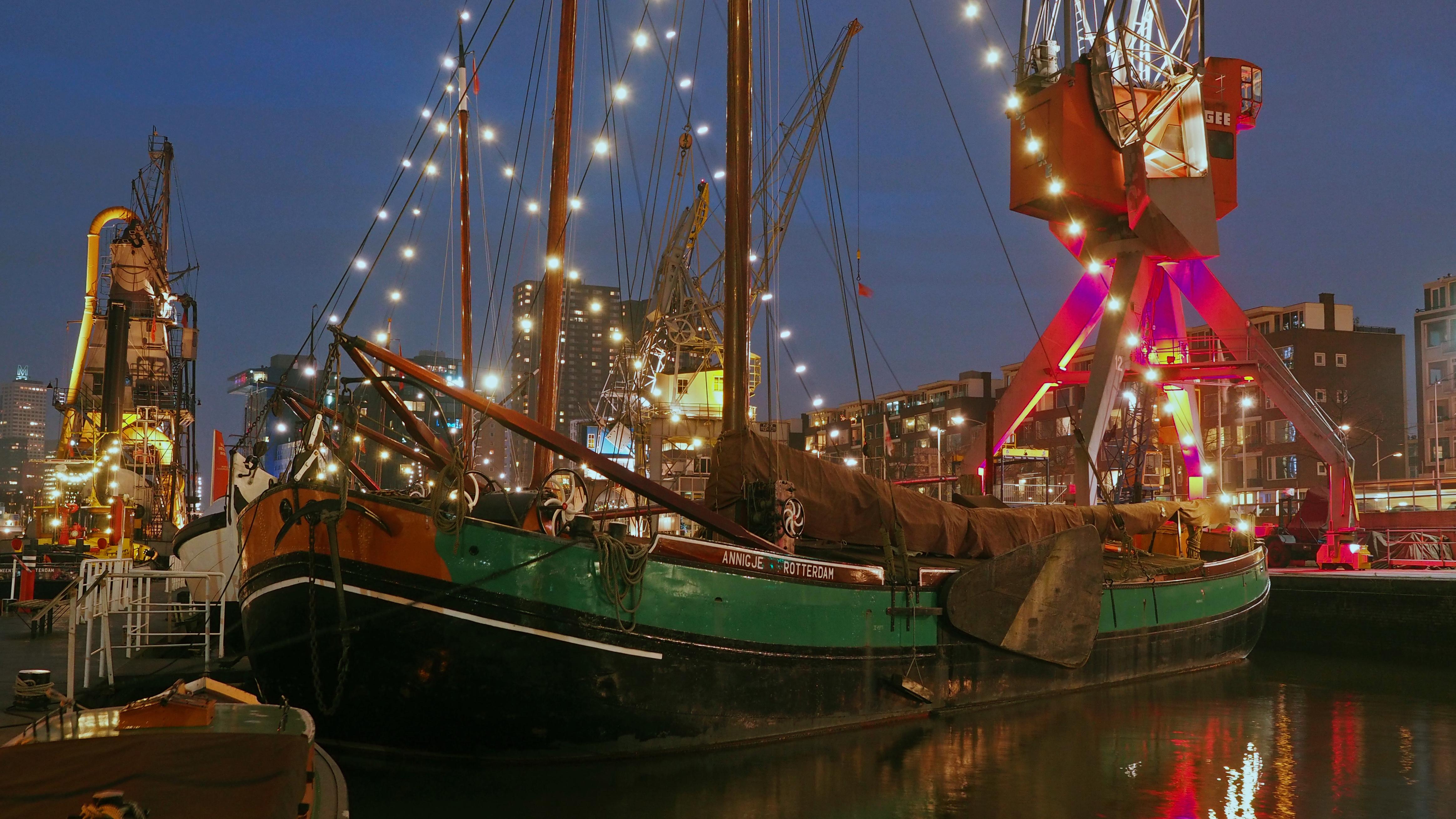 Een activiteit die leuk is voor alle leeftijden. Het Maritiem Museum Rotterdam bevindt zich in één van de grootste en oudste museumhavens van Nederland en hier leer je meer over het verleden én heden van de Rotterdamse haven. Met tentoonstellingen, activiteiten en een collectie aan historische schepen en kranen ben je hier wel even zoet. Ideaal voor bijvoorbeeld een regenachtige dag of als je op pad bent met kinderen.