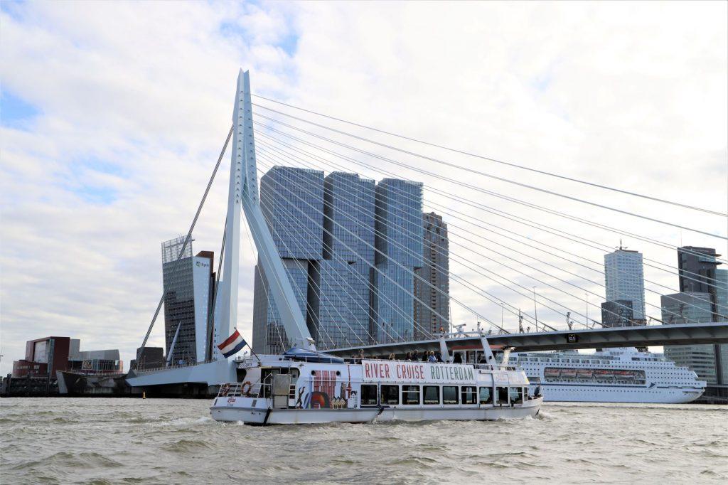 De beste manier om Rotterdam te ervaren is natuurlijk door middel van een rondvaart. Want geloof ons: vanaf het water ziet Rotterdam er weer heel anders uit! Vaar onder de Erasmusbrug en de Willemsbrug door, bekijk de verschillende havens, zie waar vroeger de Holland-Amerika Lijn vertrok en ervaar Rotterdams unieke karakter.