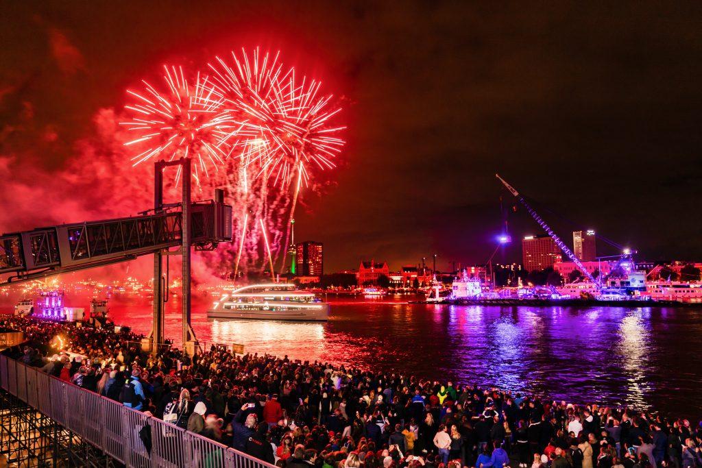 Bezoek je Rotterdam in september? Dan kom je op het goede moment om de Maas en de haven ten volste te beleven. Tijdens de Wereldhavendagen zijn er namelijk een hoop demonstraties, rondvaarten en allerlei ander entertainment te vinden op het water en de kades.
