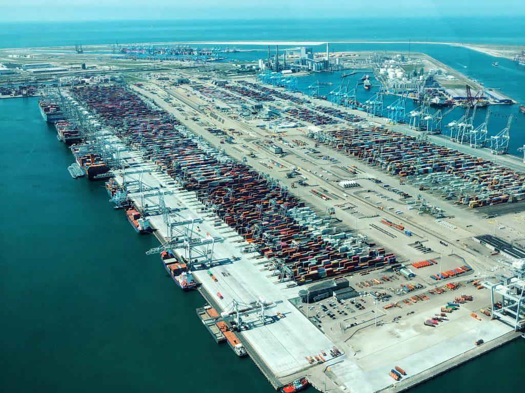 Als grootste havenstad van Europa, maakt de haven een belangrijk deel uit van Rotterdam. Het zorgt voor 385.000 directe en indirecte banen bij bedrijven in Nederland en strekt zich uit over een lengte van maar liefst 40 kilometer. Uniek in z'n soort en daarom een essentiële bezichtiging tijdens je bezoek aan Rotterdam.