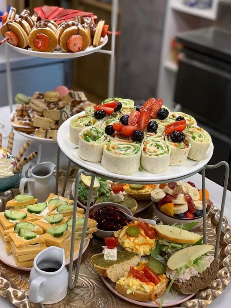 Tijdens de high tea van Taste of Heaven krijg je namelijk verschillende soorten zoete en hartige hapjes, zoals sandwiches, wraps, mini pancakes, broodjes, taarten, cherry compote, macarons, mini-wafels en vers fruit! Ultiem genieten!