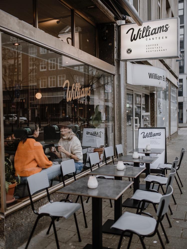 Bij deze zaak in Rotterdam werken ze volgens een all day concept, wat betekent dat je naast ontbijt, diner en drankjes ook gewoon voor de lunch aan kan schuiven! Ga voor de flatbread met hummus en kikkererwten, of kies de sandwich pastrami, met picalilly, ui en gruyere. Oh, en vergeet ook niet hun lekkere koffie te proeven!