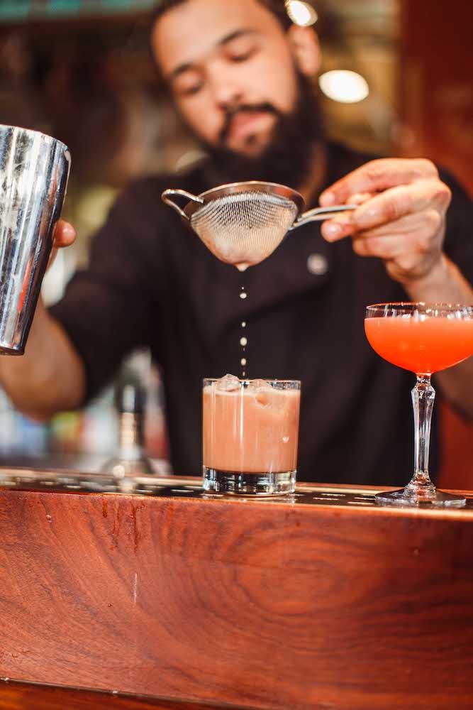 Aan de hand van Ayla's bijzondere infusies, creëert de bartender hier de lekkerste cocktails. Dit betekent dat de basis van de cocktail - zoals de gin, wodka en jenever - is voorzien van heerlijke kruiden en specerijen. Denk aan smaken zoals Concord druif, grapefruit, rozenblad, rozemarijn, venkel, basilicum en Spaanse peper.