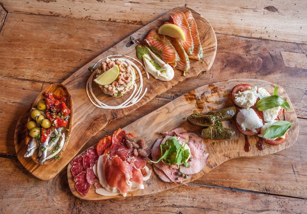 De hemel op aarde? Dat moet een tapas restaurant zijn! Hier ga je heen voor traditionele en moderne Spaanse tapas, Griekse mezzes en andere lekkere dagspecialiteiten. Denk aan empanada's, patatas bravas, gefrituurde jalapeñopepers en serranoham kroketjes. Een heerlijk, knus plekje om te borrelen en te genieten van verschillende tapas gerechtjes.