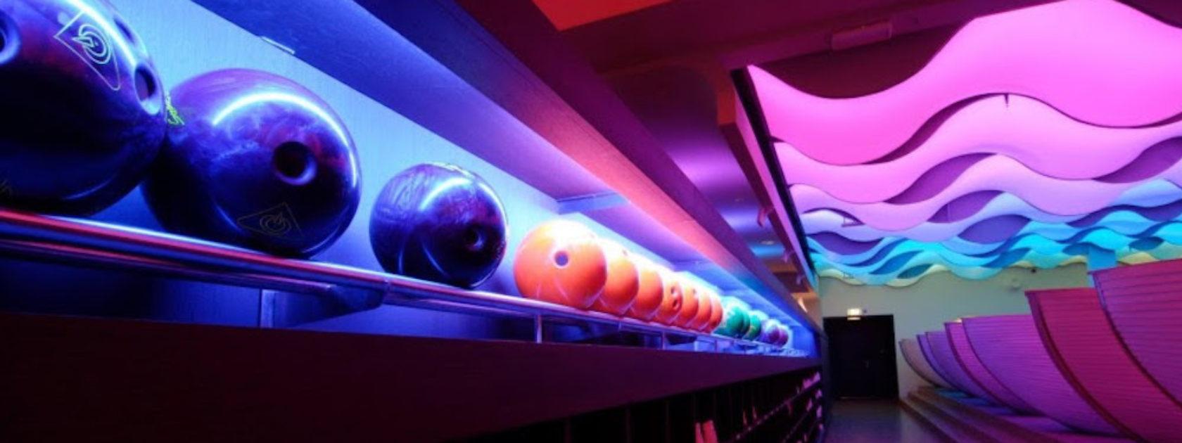 Bowlen in Rotterdam doe je natuurlijk bij Atoll. Je vindt Atoll vlak naast de bioscoop en verschillende restaurants.