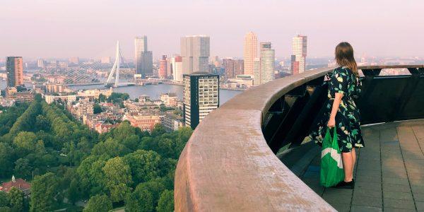 Genieten van het uitzicht op het terras van de Euromast is ideaal als de zon schijnt. Vanwege de heldere lucht kan je namelijk kilometers in de verte kijken! Wij raden aan om tijdens zonsondergang te gaan, om te zien hoe de gouden zonnestralen de stad verlichten.