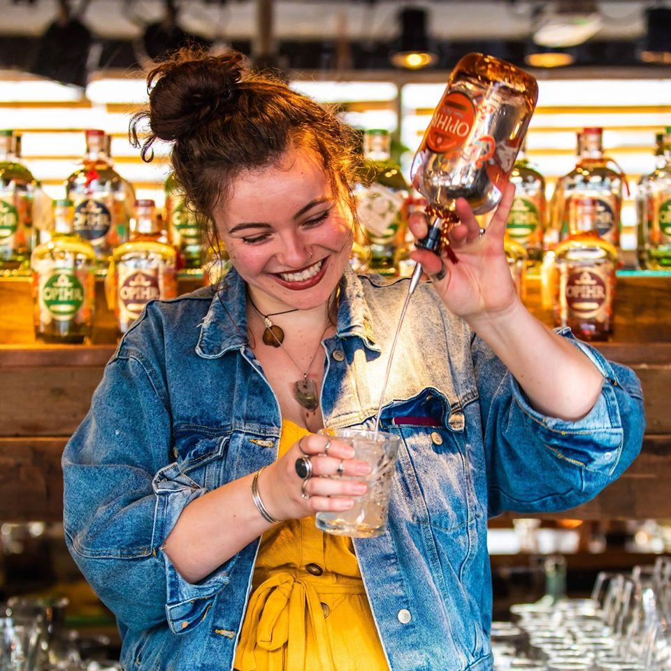 Een cocktail die heel lekker is én makkelijk te maken: een gevaarlijke combinatie! Aline van Amehoela Rotterdam legt hieronder uit hoe ze haar creatie in elkaar zet.