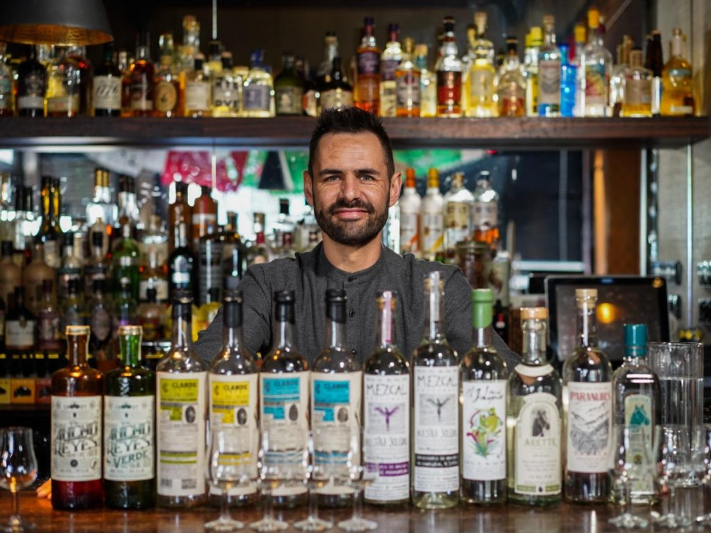 David Trampe van Botanero weet wel hoe je zo'n lekker Mexicaans drankje in elkaar gooit. Neem een slok, doe je ogen dicht, en het is net of je languit op het strand ligt, ver hiervandaan!