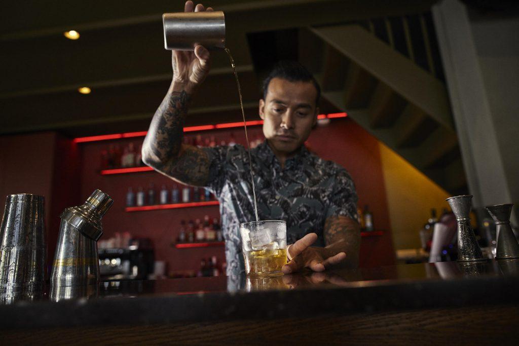 Een bitterzoete cocktail die in de basis makkelijk is om te maken. Maar wat nog leuker is om te doen, is een twist eraan geven. Probeer 'm bijvoorbeeld eens met Jenever, Bourbon, Mezcal of Tequila! Hieronder deelt Chi-Ho van Dr. Rotterdam zijn eigen twist!