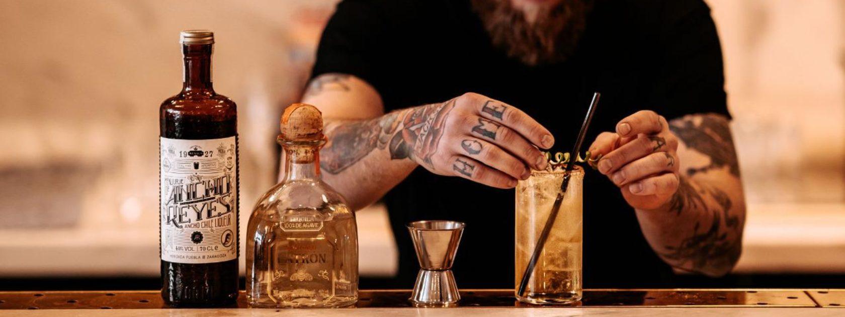 Voor sommigen een go to drankje bij het stappen en voor anderen een guilty pleasure; Niels van Wouwe van Williams Canteen deelt hieronder hoe je in een handomdraai de beste Malibu Cola op tafel zet.