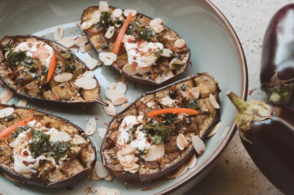 Aubergines, knoflook en veel kruiden: dat klinkt als een heerlijke maaltijd! Makkelijk te maken, en ideaal om voor met z'n tweeën op tafel te zetten. Hieronder deelt Marjolein haar recept met ons: