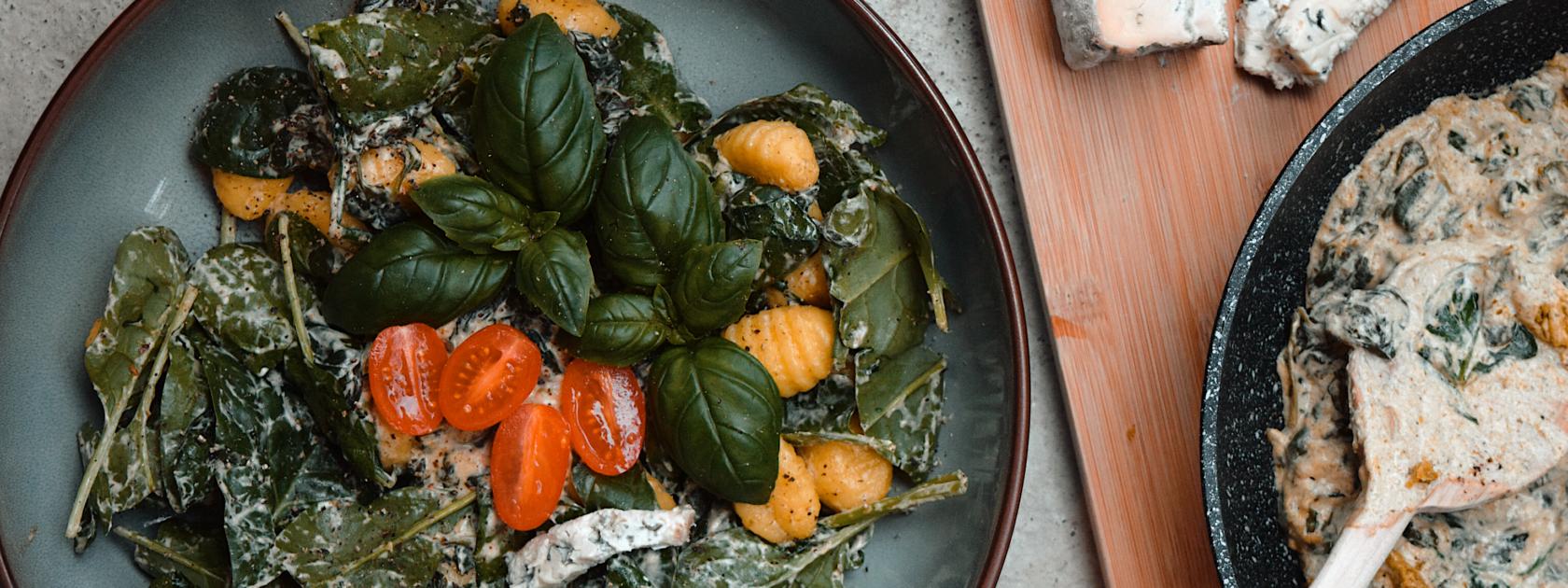Ken jij de Rotterdamse Marjolein van @veggiereceptjes al? Op haar Instagram deelt zij héérlijke vegetarische gerechten, die er ook nog eens goed uitzien. Om ervoor te zorgen koken een feestje wordt (en blijft), delen we hieronder twee van haar gerechten die ideaal zijn voor het diner.