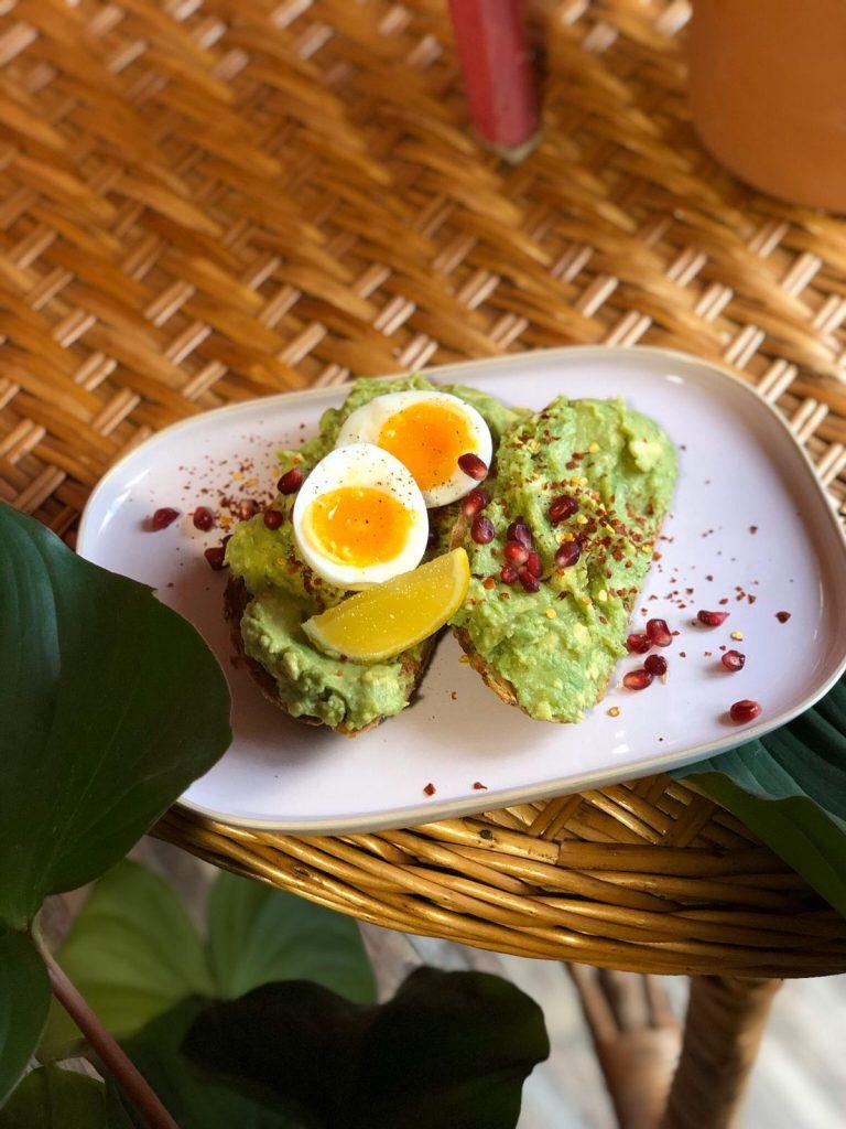 De meiden van Breakfast in Rotterdam HQ delen hét geheime recept van hun populaire avocado toast, ook wel The Avo Smash. Volg stap voor stap hun aanwijzingen en je bent verzekerd van een gezond en smaakvol gerecht, gewoon uit eigen keuken!