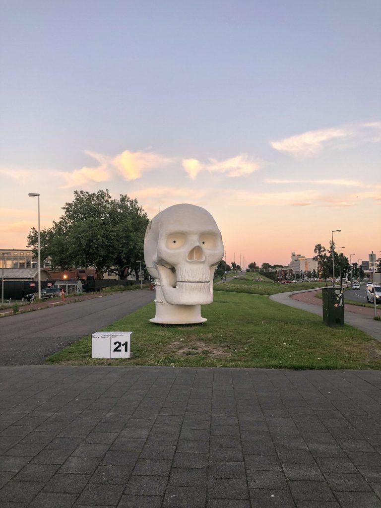 Let's Get Physical sculpturen route door Atelier Van Lieshout.