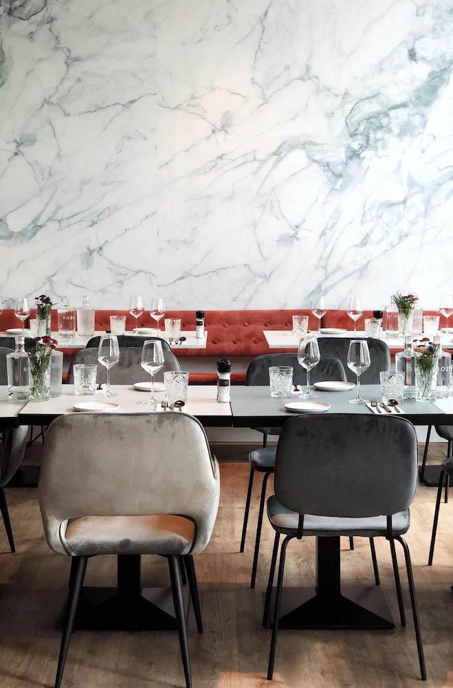 Op zoek naar een fijn vegan restaurant in Rotterdam? Onze favoriete vegan/vega hotspot is toch zeker wel Rozey. Dit is het allereerste restaurant in Nederland waar je een hele avond onbeperkt vega en vegan kunt dineren voor een vaste prijs. Doordeweeks kun je voor €32,50 alles bestellen wat je maar wilt; dit geldt voor het eten én drinken. In het weekend kost het €37,50. En denk maar niet dat de kwaliteit eronder lijdt! Het interieur van Rozey is elegant en minimalistisch.