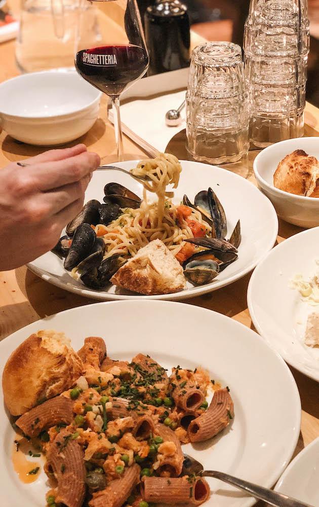 Spaghetteria is een gezellig, laagdrempelig Italiaans restaurant op de Nieuwe Binnenweg, waar je heel betaalbaar kan eten.