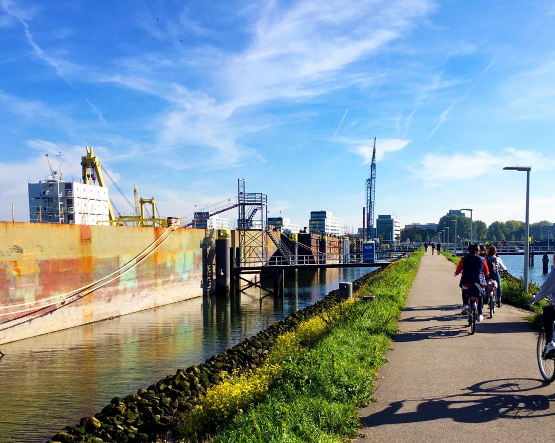 Een rondleiding door de haven van Rotterdam is een combinatie van een fietstour en een boottocht. Hierin leer je alles over het verleden, het heden en de toekomst van de haven. Terwijl de gids je alle belangrijke zaken rondom de haven vertelt, bekijk je de stapels containers, boten en kranen.