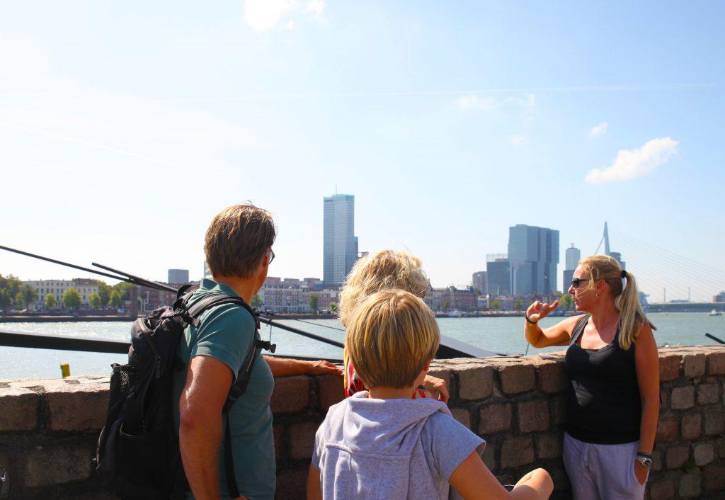 Ook begint Rotterdam een echte wereldstad te worden, het centrum is prima met de voet te bezichtigen. In twee uur tijd geeft deze tour je een impressie van de stad, waar je lekker kunt eten en welke musea een bezoekje waard zijn.