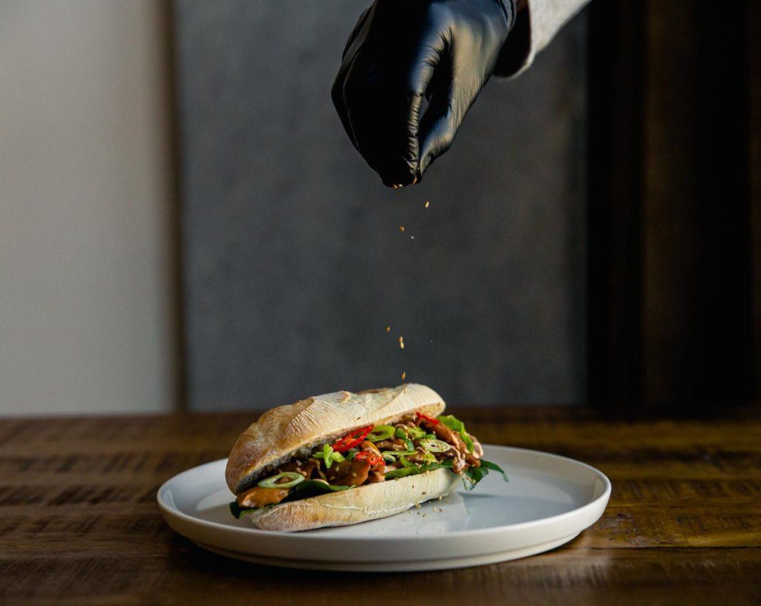 Broodje Q is een Rotterdamse pop-up broodjeszaak, speciaal opgericht om alle thuisblijvers te voorzien van een lekkere lunch. Want tussen al het werken door, is het wel zo fijn om stevig te lunchen zonder zelf veel te hoeven ondernemen.