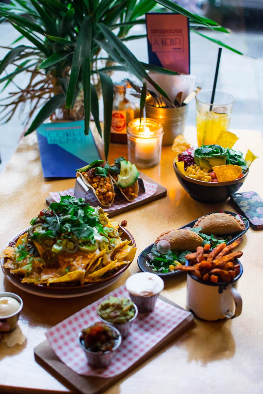 Nachos, empanadas, mini taco's, burrito bowl, zoete aardappel friet... Klinkt dit als een droom? Dat is het dus niet! Dit, en nog meer, kan je allemaal eten bij de Mexicaan Supermercado. In dit artikel kun je nog meer leuke Mexicaanse restaurants in Rotterdam vinden!
