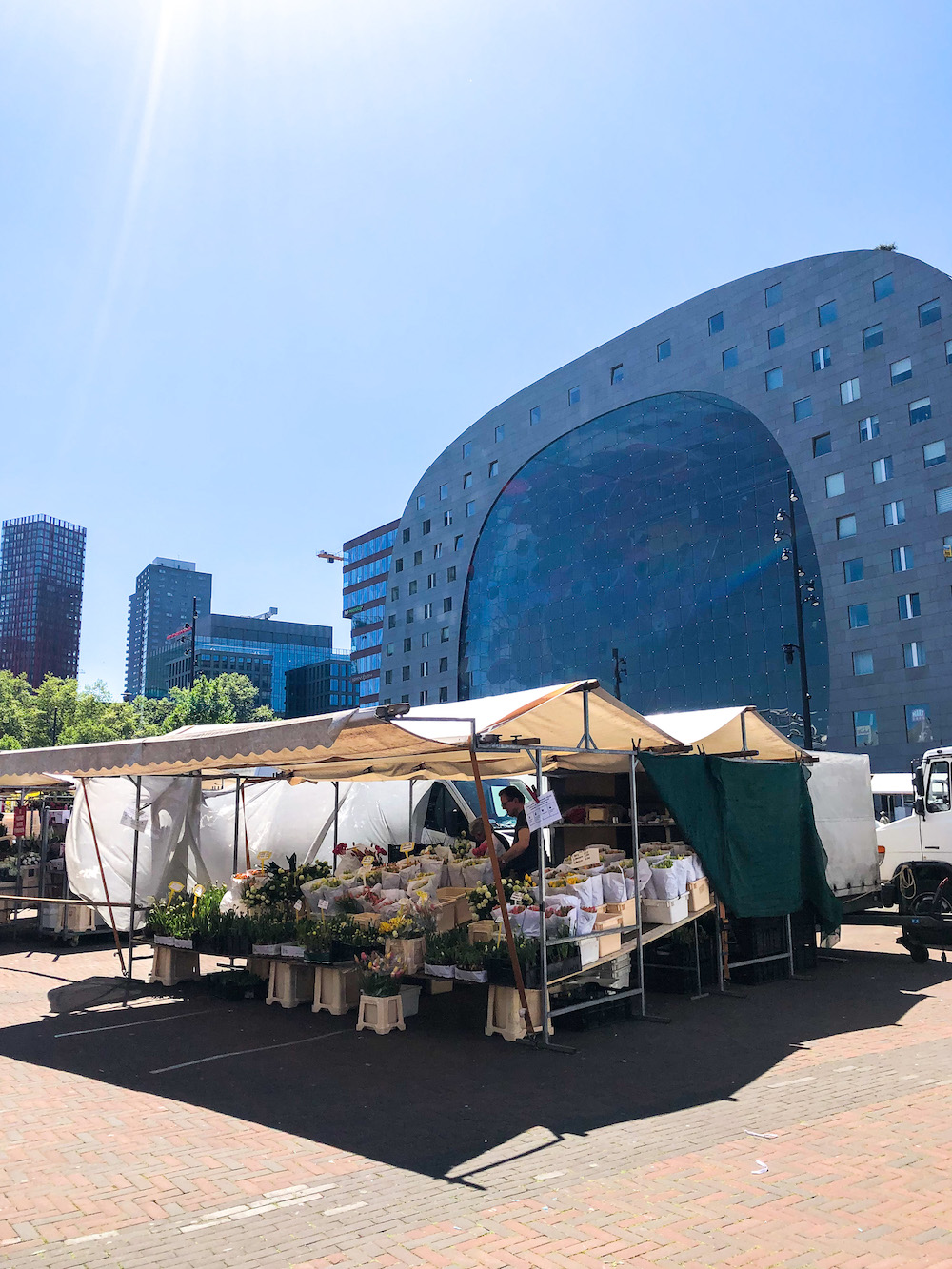 De Binnenrotte Markt is echt de ideale plek om lokale groenten, fruit, leuke vintage items en nog veel meer te scoren! Deze markt kun je vinden bij de Rotterdamse Markthal!