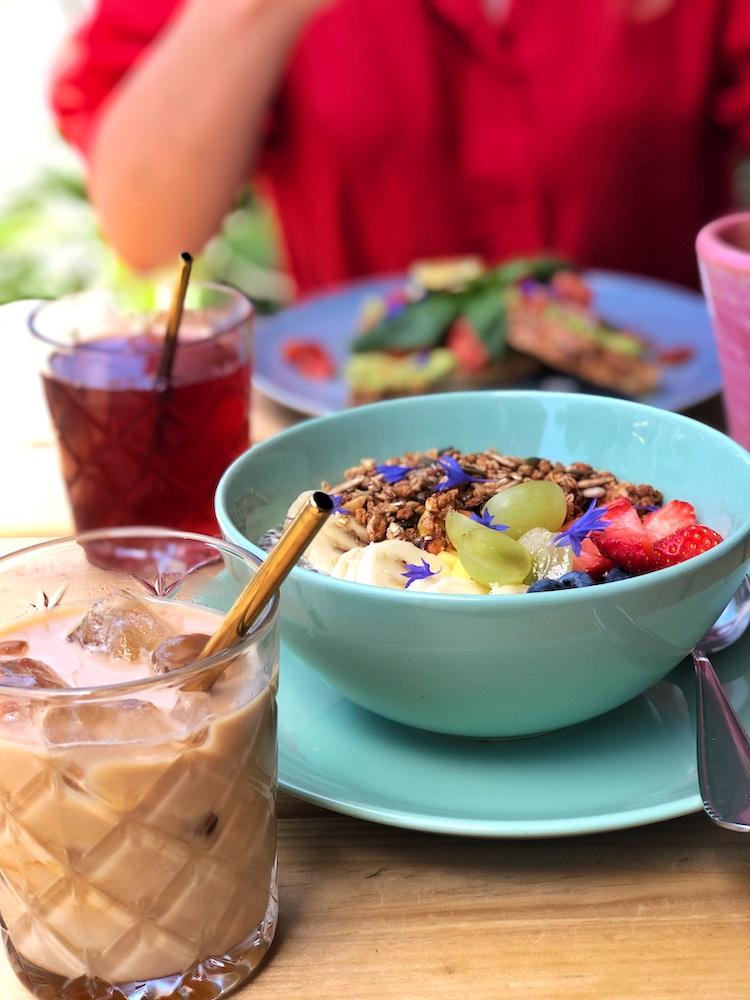 Ben je op zoek naar een lekker ontbijtje in Rotterdam? Dan is Breakfast in Rotterdam HQ natuurlijk een goede keuze! Hier zie je de heerlijke Chia Madness met een verfrissende ijskoffie op het terras van Breakfast in Rotterdam HQ.