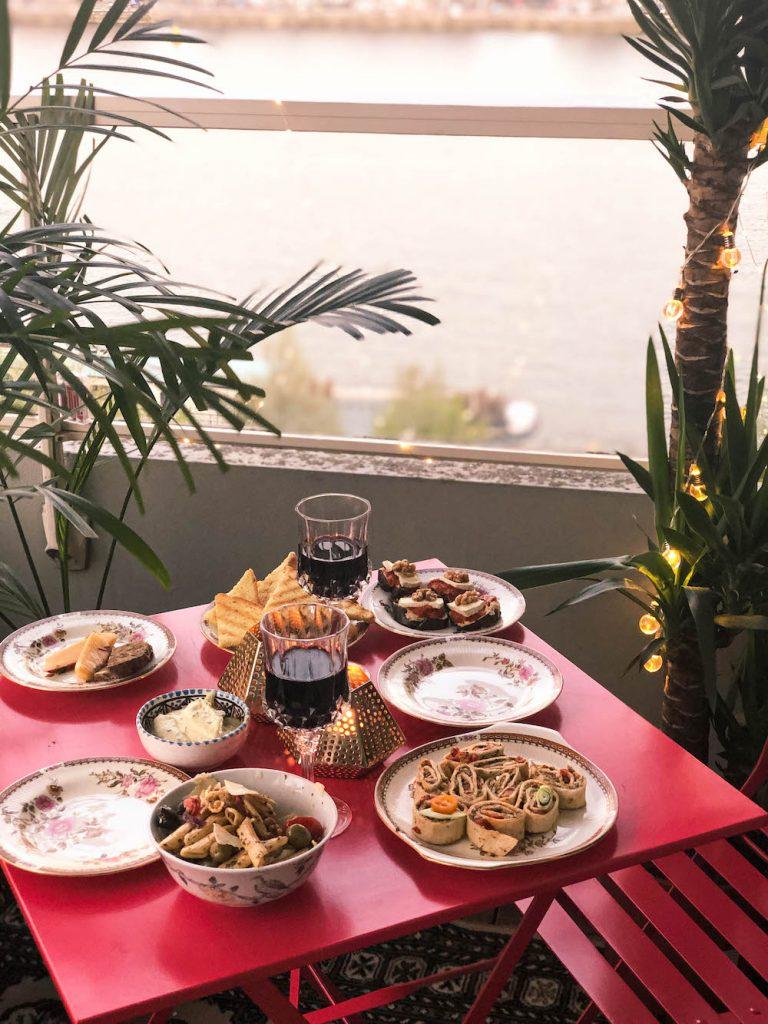 Heerlijk op het balkon eten in Rotterdam.